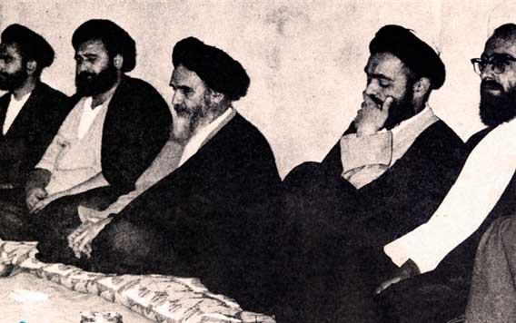 «سید محمد شیرازی نفر دوم سمت راست در استقبال از ورود امام به کربلا»