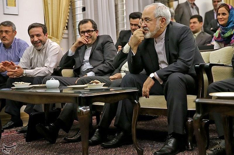 ظریف در حال مشاهده فوتبال ایران و نیجریه در وین