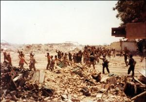 تصویری از مرکز شهر خرمشهر در اولین ساعات بعداز آزادسازی و در حال انتقال اسرای عراقی به پشت جبهه. همانگونه که در تصویر مشخص است هیچ ساختمان و سازه ای در شهر باقی نمانده است.
