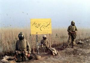 رزمندگان ایرانی پس از حمله شیمیایی هواپیماهای عراقی در خط مقدم جبهه